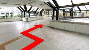 (2)突き当りを左へ曲がり、まっすぐ進む。