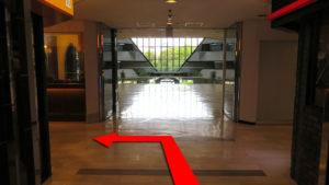 (5)自動ドアを抜けてすぐ左へ曲がる。