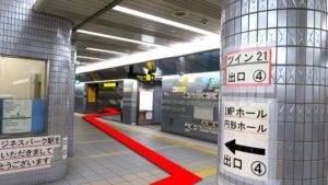(1)改札を出て、左手前方の階段(4番出口)より地上へ上がる。