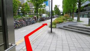 (2)出口を上がって正面の歩道を直進する。