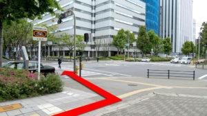 (3)城見1の交差点を左折し、横断歩道を渡る。