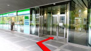 (5)ファミリーマート横のドアよりビルへ入る。